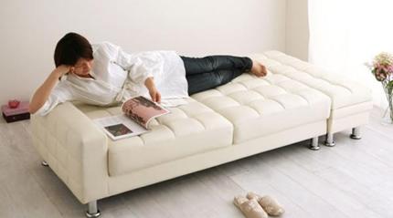 楽にくつろぐ、210cmの幅広ベッド