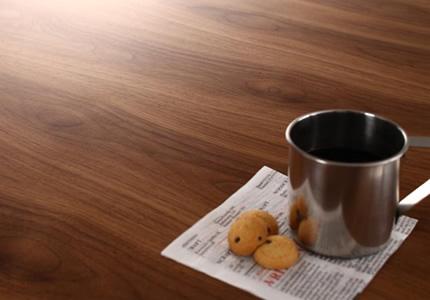 落ち着いた空間を演出するテーブル