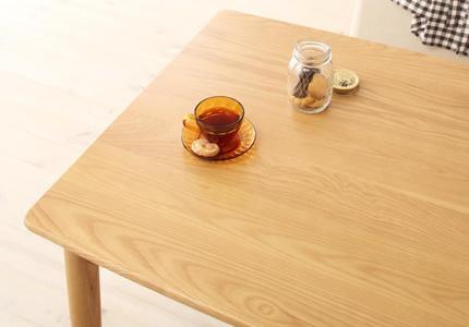 木目の美しさに定評のあるタモ無垢材を贅沢に使用