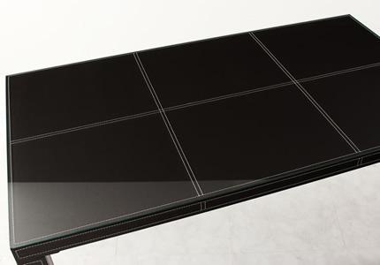 ガラス×レザーの高級感溢れるデザイン