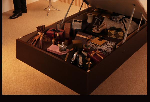 見た目は普通のベッドですが、床下は一面、収納庫