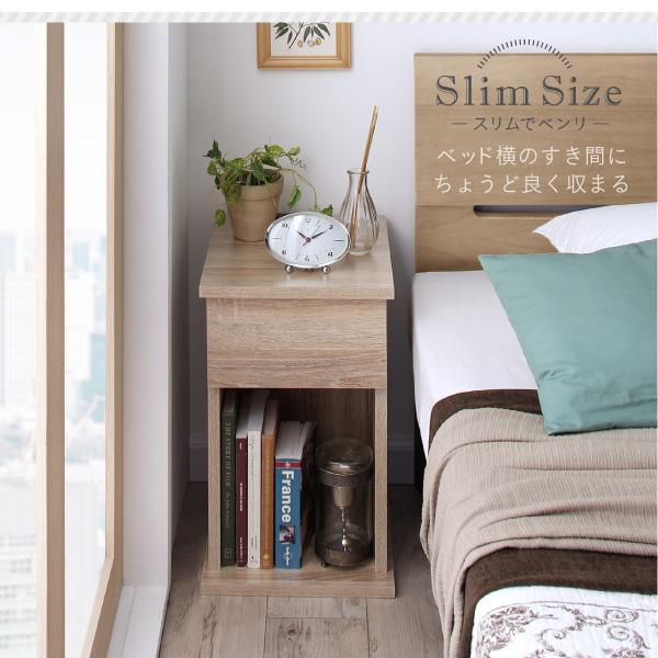 ベッド横のすき間にちょうど良く収まる