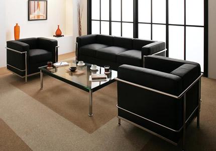 直線的なデザインが特徴の最高級ソファ