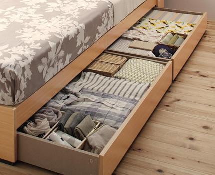 ベッド下は便利な収納スペース。