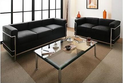 直線的なデザインが特徴の最高級ソファー